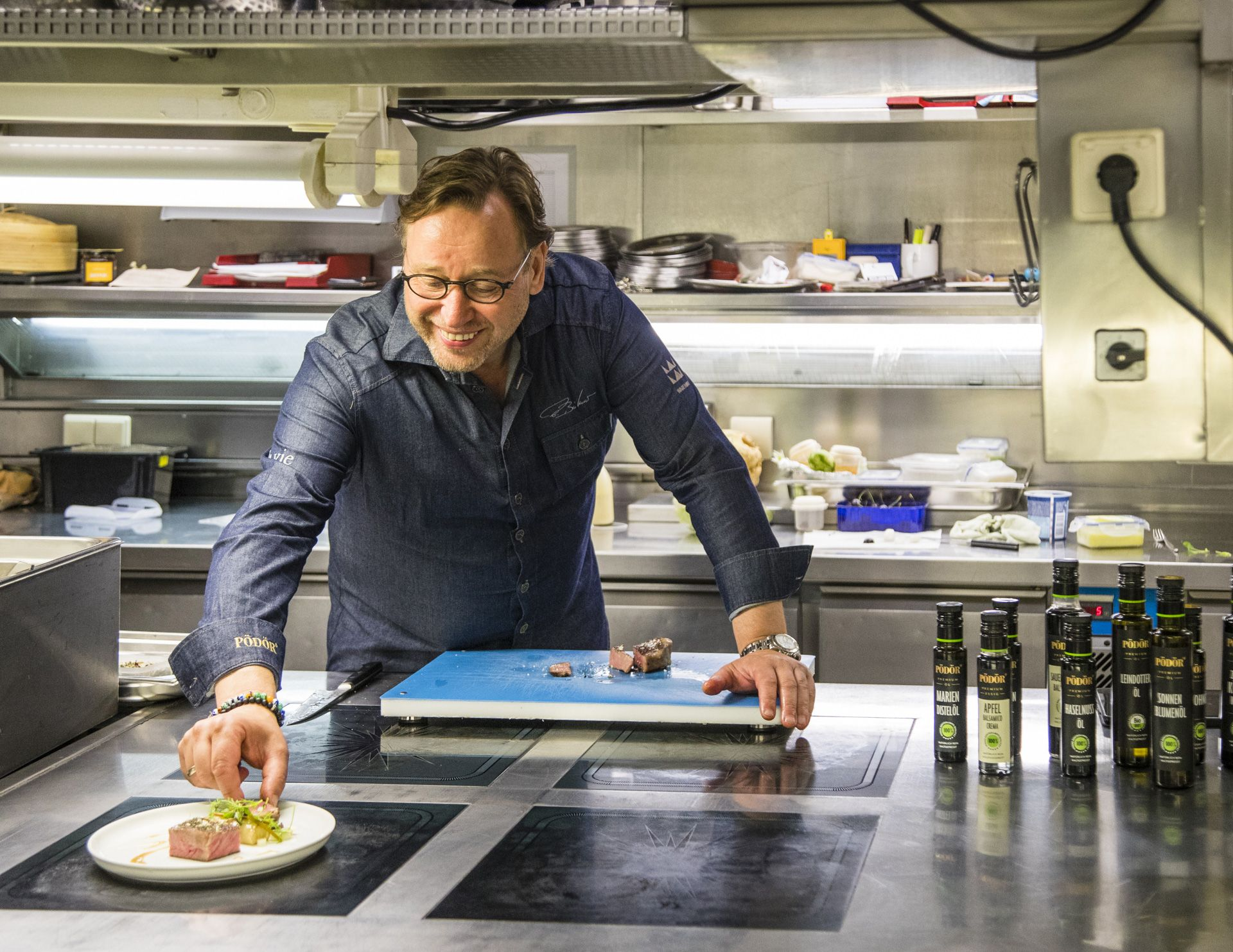 Cooking is fun: Thomas Bühner appreciates the variety of Pödör oils and vinegars.