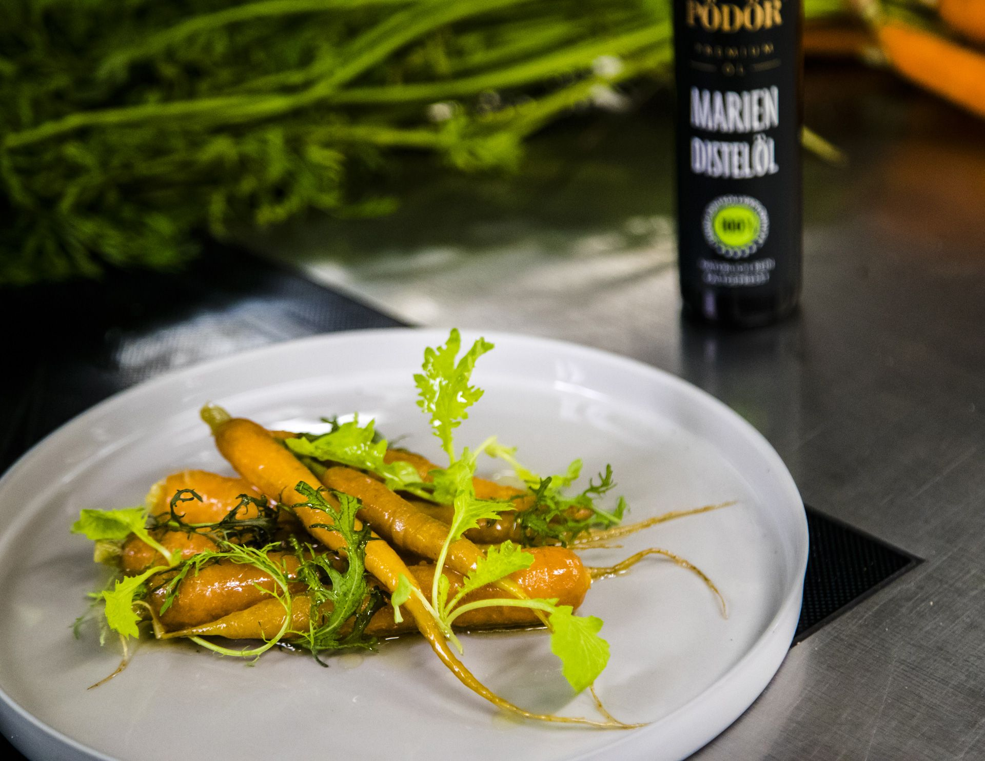 Thomas Bühner is enthusiastic about Pödör thistle oil. He likes to use it as an alternative to olive oil and combines it with sweet vegetables such as carrots.