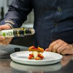Thomas Bühner also uses PÖDÖR oils and balsamic vinegar in his patisserie. Here he prepares a caramel ice cream with a barley chocolate crumble and fresh strawberries and raspberries with an assistant. The actual fruity accent is set by the apple balsamic cream.