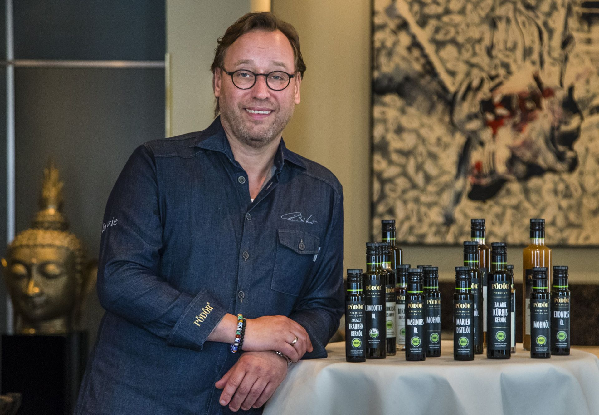 3-star chef Thomas Bühner in the restaurant la vie in Osnabrück with a selection of Pödör oils and vinegars.