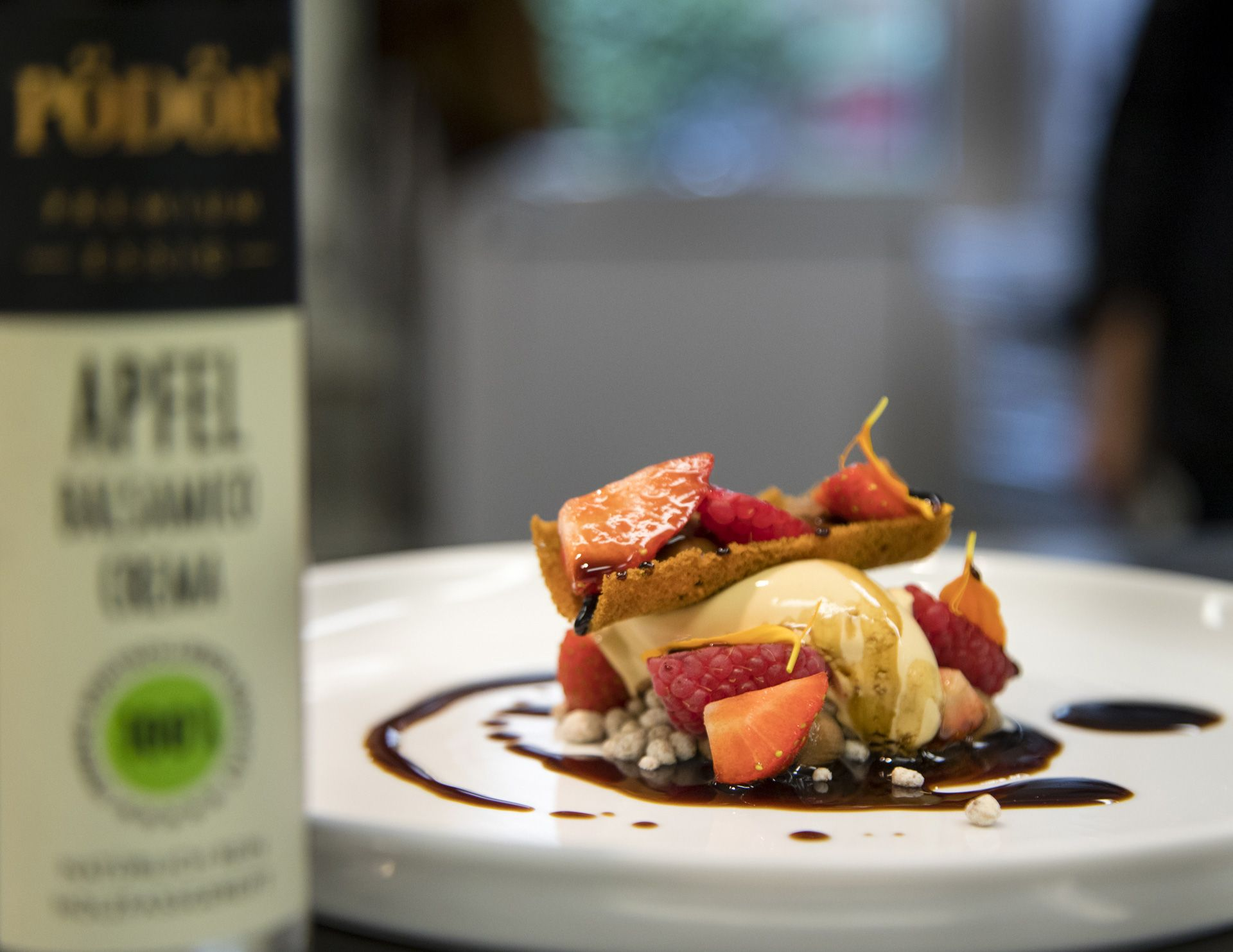 PÖDÖR's Apple Balsamico Crema owes its extremely intense aroma to five years of ageing in wooden barrels. The thick, visually appealing thread also creates beautiful accents on the food.