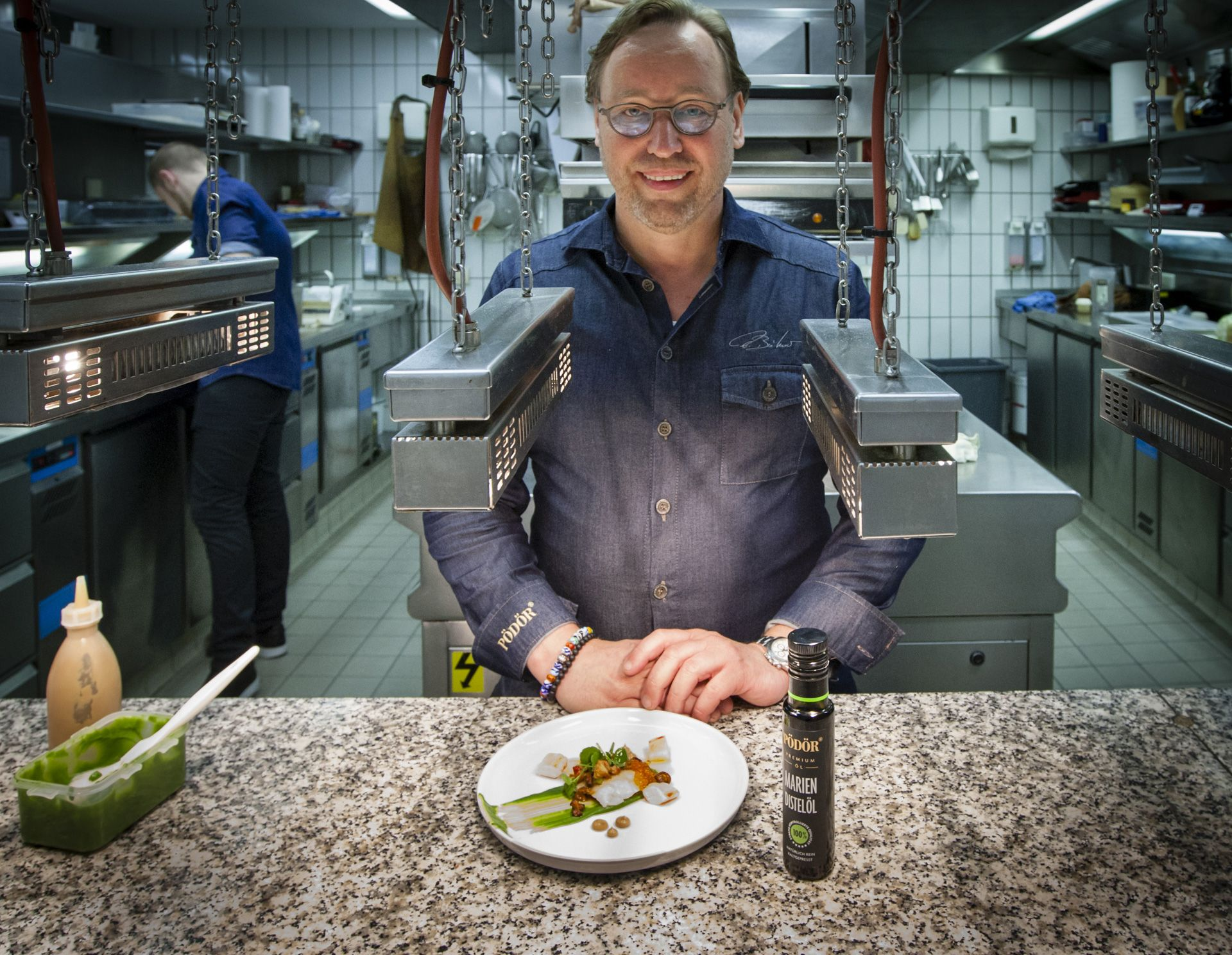 3-star chef and Pödör brand ambassador Thomas Bühner combines the noble fish Saint Pierre with pea puree and chanterelle cream. He refines the fish with a thread of thistle oil as topping. The mild nutty oil harmonizes particularly well with vegetables with a residual sweetness such as peas or carrots.