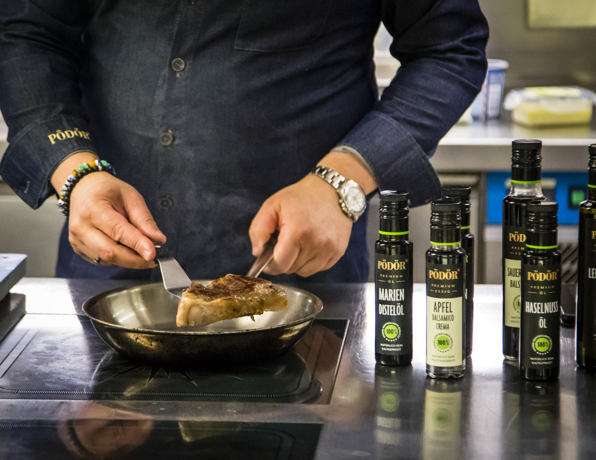 Gentle preparation as an important pillar of a good kitchen: the entrecote was pre-cooked at low temperature and gets its roasted aromas by frying it briefly. At the end of a cooking process, star chef Thomas Bühner also uses the cold-pressed oils from Pödör for flavouring and refining.