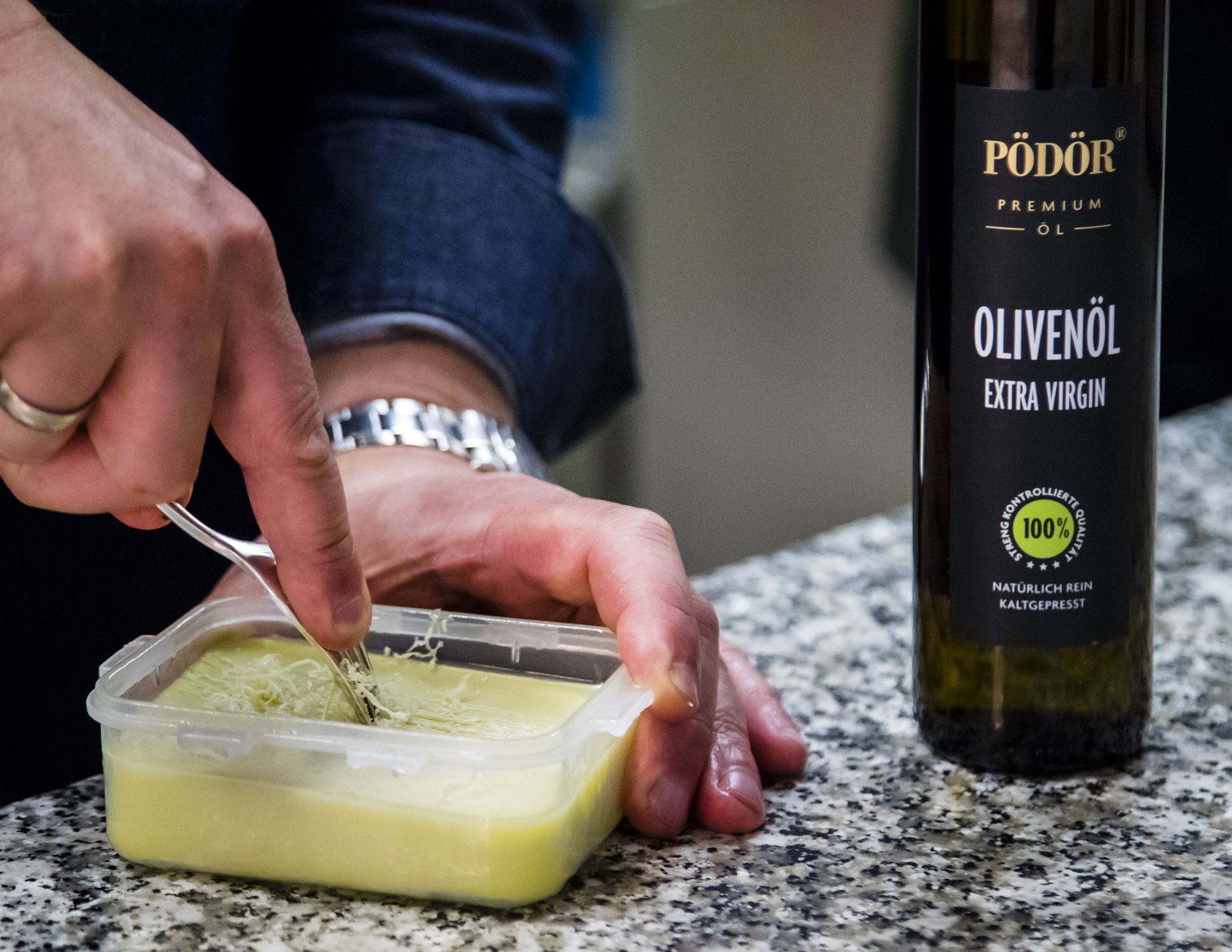 To melt away, the tip from star chef Thomas Bühner. Cold pressed oils can be frozen in small portions and placed on hot food. This works with any oil. This means that high-quality oils can be stored longer. Simply freeze the rest of a great oil and use it specifically for flavouring.